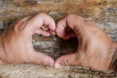 Fabriqué à la main dans une forme de coeur sur le fond en bois de table Photo libre de droits