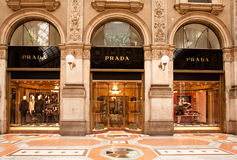 FABRIQUÉ EN ITALIE : Boutique de Prada à Milan Images stock