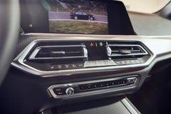 08 Fabruary,2018年- Vinnitsa,乌克兰 新的BMW X5汽车介绍在陈列室-在客舱里面的内部里 库存图片