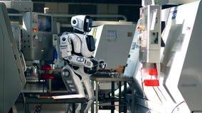 Fabryczna jednostka z cyborgiem działa pastylkę zdjęcie wideo