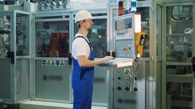 Fabryczna jednostka z męskim specjalistą działa pulpit operatora zbiory wideo
