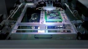 Fabryczna maszyna przy pracą: Drukowana obwód deska Gromadzić z Automatyzującą Mechaniczną ręką, Ukazuje się Wspinającą się techn zbiory