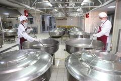 fabryczni karmowi pracownicy zdjęcia royalty free