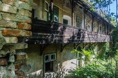fabryczny budynek z balkonem fotografia stock