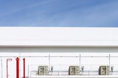 Fabryczny budynek z czerwoną drymby linią z niebieskim niebem Obraz Royalty Free