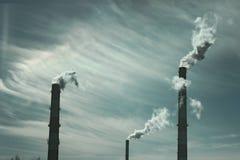 Fabryczny chimnys dymić obraz royalty free