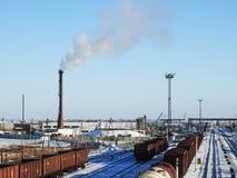Fabryczny komin, BIAŁY gęsty dym na niebie, stacja kolejowa, poręcz, fracht fotografia stock