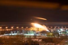 Fabryczny kominowy dudkowanie dym, kontrpara w zanieczyszczenie powietrza lub ruch dym z plamą zdjęcia stock