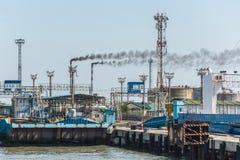 Fabryczny kominowy dymienie, ciężki czerń dym na niebie Fotografia Royalty Free