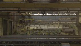 Fabryczny zasięrzutny żuraw Żółty stalowy udźwigu haczyk Fabryczny zasięrzutny żuraw na żółtym promienia zakończeniu up zbiory