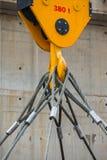 Fabryczny zasięrzutny żuraw i koloru żółtego dźwigowy haczyk 380 t i temblak obrazy royalty free