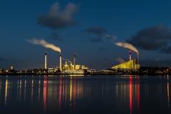 fabryka blisko rzeki przy półmrokiem zdjęcia royalty free