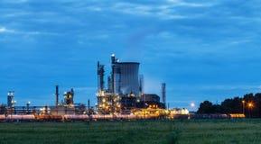 Fabryka chemikaliów w zmierzchu zdjęcia stock