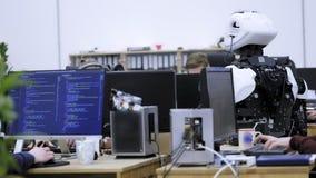 Fabryka dla produkcji roboty Inżynier egzamininuje robot Tworzy nowych roboty w lab Konfiguruje zbiory wideo