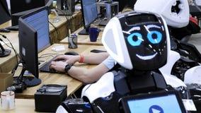 Fabryka dla produkcji roboty Inżynier egzamininuje robot Tworzy nowych roboty w lab Konfiguruje zdjęcie wideo