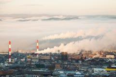 Fabryka dym w ranku wcześnie Zdjęcia Royalty Free