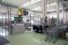 Fabryka - produkcja kartonowi żywność zbiorniki zdjęcia stock
