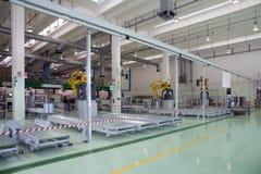 Fabryka - produkcja kartonowi żywność zbiorniki obraz stock