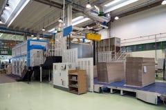 Fabryka - produkcja kartonowi żywność zbiorniki zdjęcie royalty free