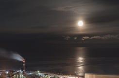 Fabryka przeciw morzu w blasku księżyca Obrazy Royalty Free
