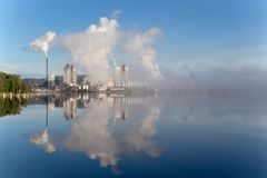 fabryka uwalnia dym fotografia stock