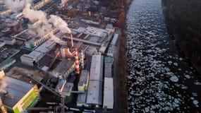Fabryka w promieniach powstający słońce Ptasi ` s oka widok kryzysu ekologiczny środowiskowy fotografii zanieczyszczenie obrazy stock