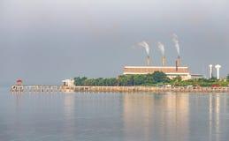 Fabryka z dymną pobliską plażą Zdjęcie Stock