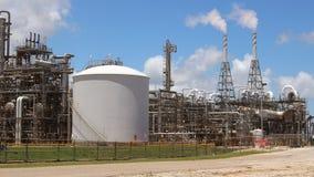 Fabryki chemikaliów fabryka z dymnymi stertami zdjęcia stock