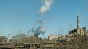 Fabryki i ekologia lotniczego tła błękitny fabryczny zanieczyszczenie zbiory wideo