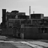 Fabryki stary rujnujący przemysłowy bw Zdjęcia Stock