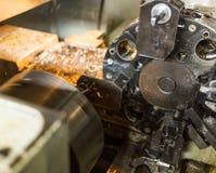 Fabrykować części na tokarce metalworking obraz stock