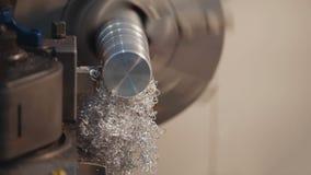 Fabrykować metal części na tokarskiej maszynie przy fabryką, udziały metali golenia, przemysłowy pojęcie, profil Obrazy Royalty Free