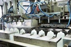 Fabrykować plastikowy butelki prodoction Fotografia Royalty Free