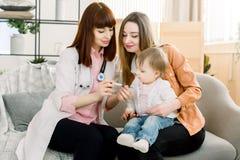Fabrykuje miary i przedstawienia jej mama temperatura mała dziewczynka Opieki zdrowotnej i medycyny pojęcie przy obraz royalty free