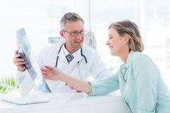Fabrykuje mieć rozmowę z jego pacjentem i trzymać xray obraz royalty free