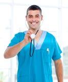 fabrykuje mienie stetoskop męskiego pozytywnego obrazy stock
