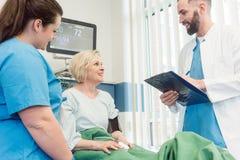 Fabrykuje opowiadać i pielęgnuje pacjent w wyzdrowienie pokoju szpital zdjęcie stock
