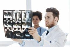 Fabrykuje patrzeć i pielęgnuje promieniowanie rentgenowskie przy szpitalem Obraz Stock