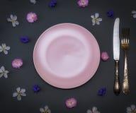 Faca cerâmica cor-de-rosa vazia do vintage da placa e do ferro com uma forquilha na Imagem de Stock Royalty Free