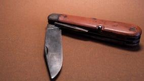 faca de bolso militar suíça antiga do vintage com fundo usado e oxidado do marrom da lâmina da segunda guerra mundial fotografia de stock