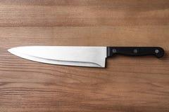 A faca do cozinheiro chefe afiado na tabela de madeira foto de stock