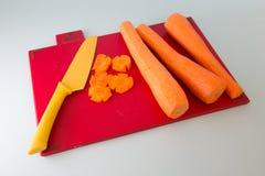 Faca e cenoura desbastada Foto de Stock