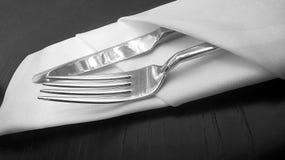 Faca e forquilha de prata no serviette de linho Fotos de Stock Royalty Free