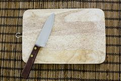 Faca e placa de corte usada na culinária japonesa, na vida real Fotos de Stock Royalty Free