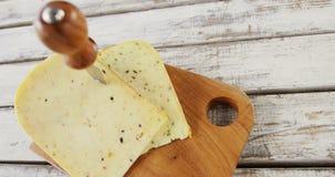 Faca na fatia do queijo video estoque