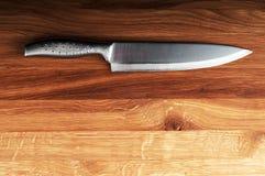 Faca no fundo de madeira. imagem de stock