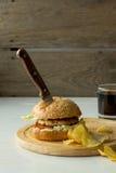Faca no hamburguer e nas microplaquetas Fotografia de Stock Royalty Free
