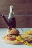 Faca no hamburguer, na cola e nas microplaquetas Fotos de Stock