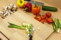 Faca que coloca sobre algumas cebolas recentemente desbastadas da salada Fotografia de Stock Royalty Free