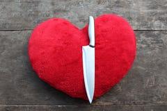 Faca vermelha da matança do coração imagens de stock